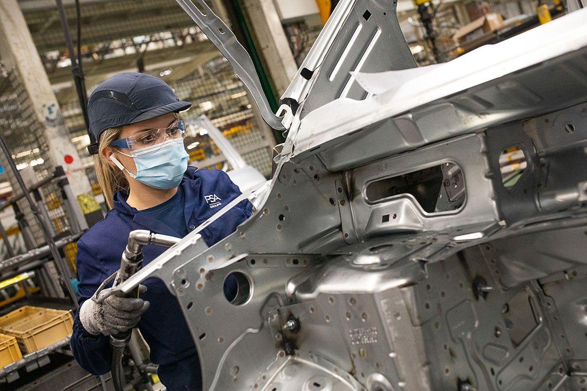 Operarios en la fase de montaje de una furgoneta