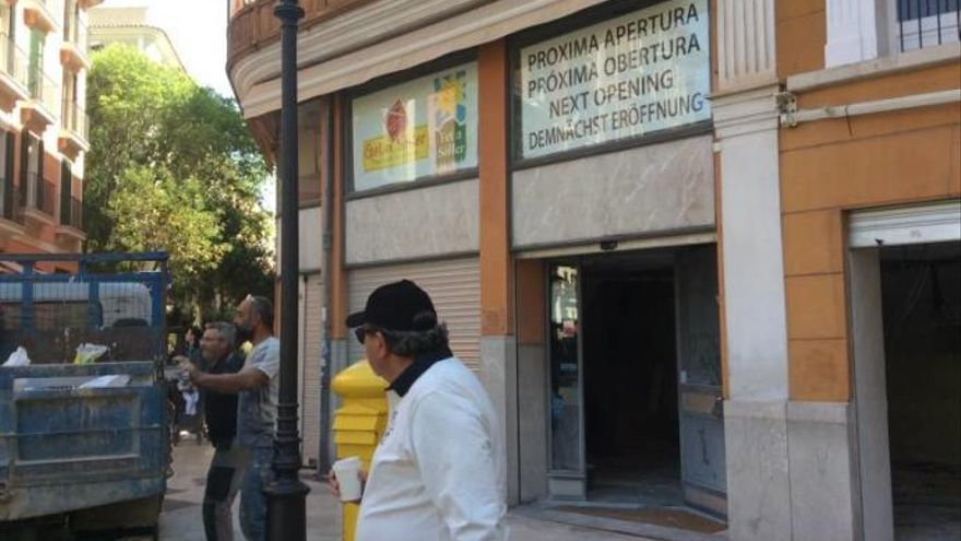 Fet a Sóller kurz vor der Ladeneröffnung an Palmas Rathausplatz