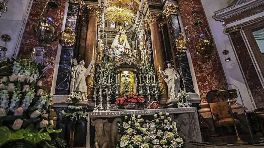 Los floristas con la Virgen