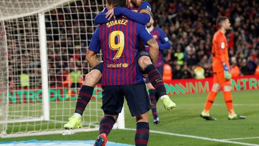 El Barça remonta con goleada