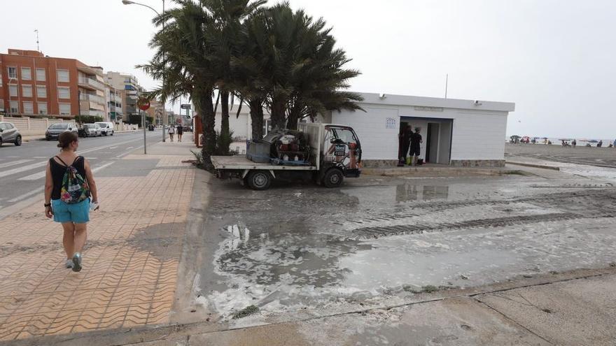 """La caída de la presión por el calor provoca un pequeño """"tsunami"""" en Santa Pola y Guardamar"""