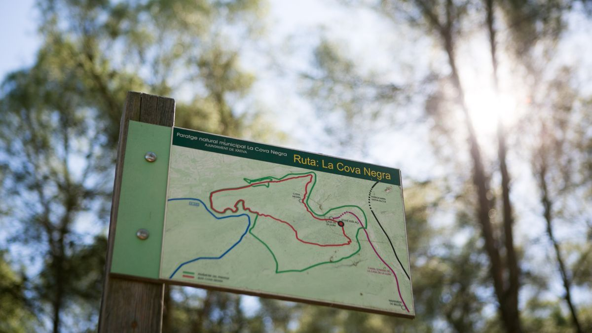 Cartell informatiu de la ruta de la Cova Negra, un dels paratges naturals més destacats de la localitat de Xàtiva.
