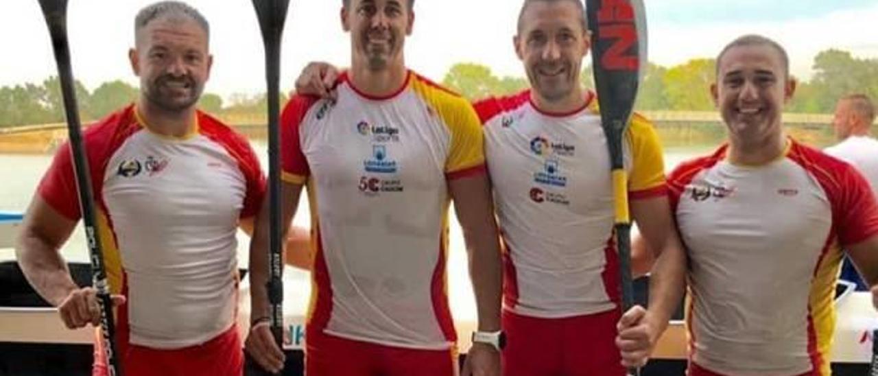 Vicent Tortajada y Salvador Rico junto al resto de palistas españoles en el Mundial.