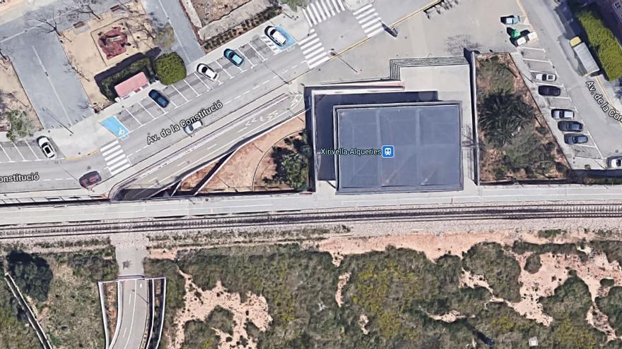 Un policía nacional evita que una mujer sea arrollada por un Cercanías en Xirivella durante un intento de suicidio