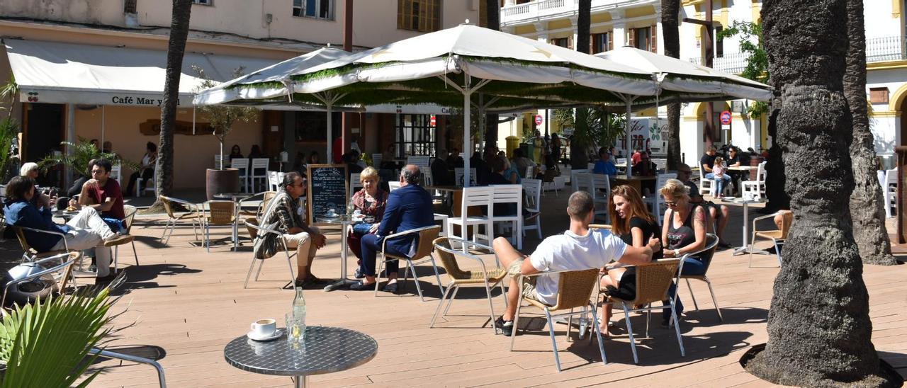 Clientes en una terraza del puerto de Eivissa en mayo del año pasado, durante la primera fase del desconfinamiento.
