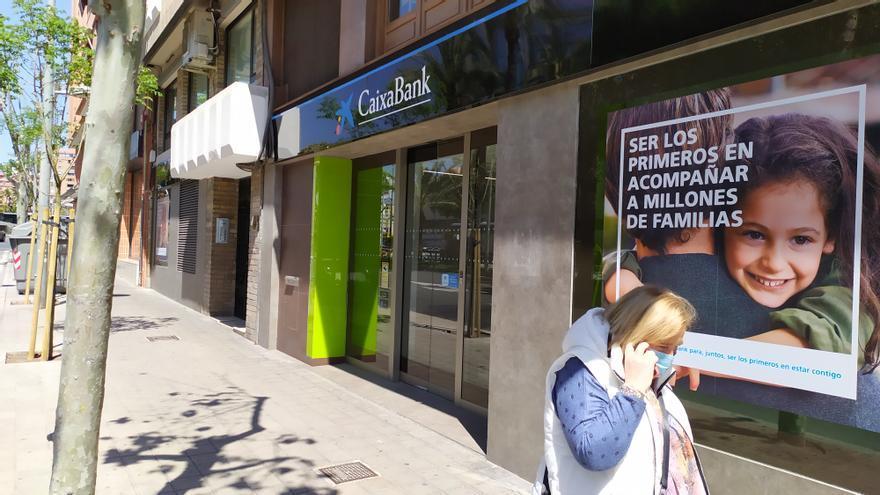 CaixaBank inicia el cambio de rótulos en las oficinas de Bankia de Alicante