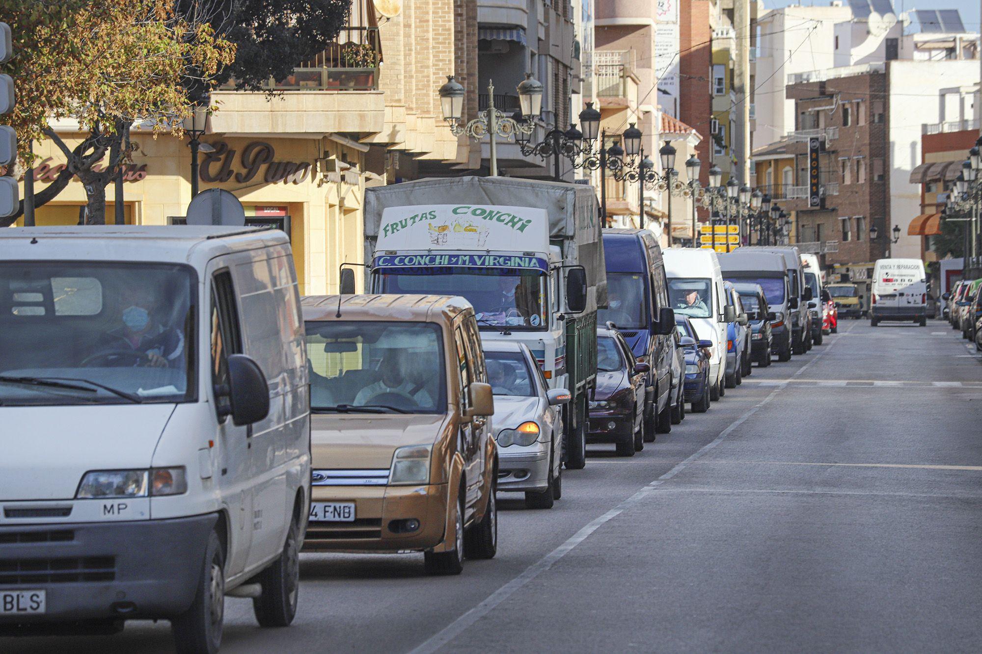 Protesta de los vendedores ambulantes de Guardamar por el cambio de ubicación del mercadillo