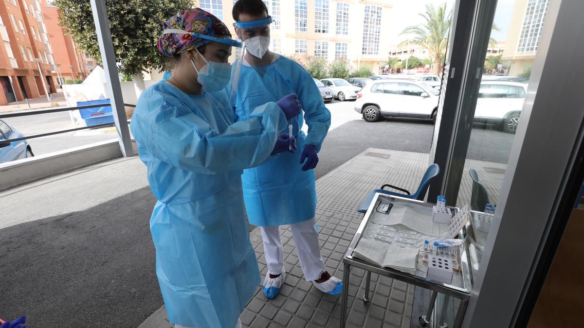 Dos sanitarios preparan el material para las pruebas PCR de detección del covid en el centro de salud de Altabix, en Elche