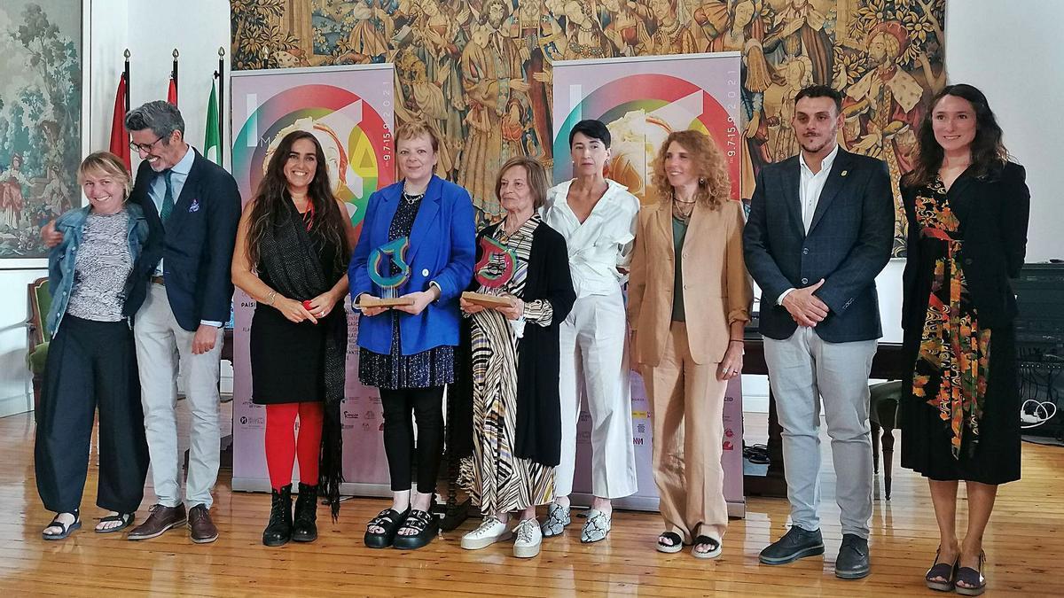Autoridades, organizadores y artistas participantes en la exposición posan en una foto de familia en el acto oficial de clausura.   M. J. C.