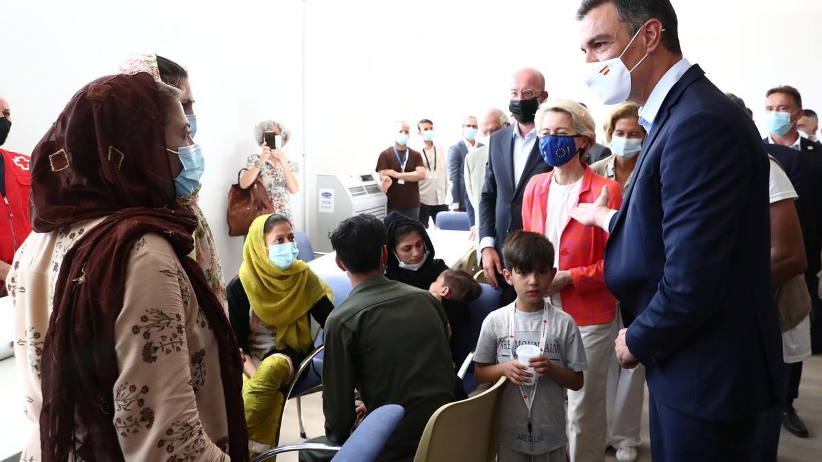 Pedro Sánchez en su pasada visita a refugiados afganos.