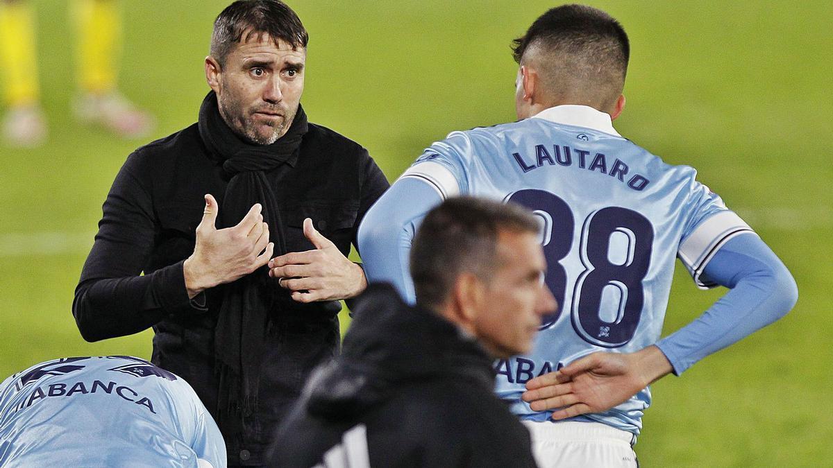 Eduardo Coudet da instrucciones a Lautaro de León antes de saltar al campo ante el Cádiz. |  // R. GROBAS