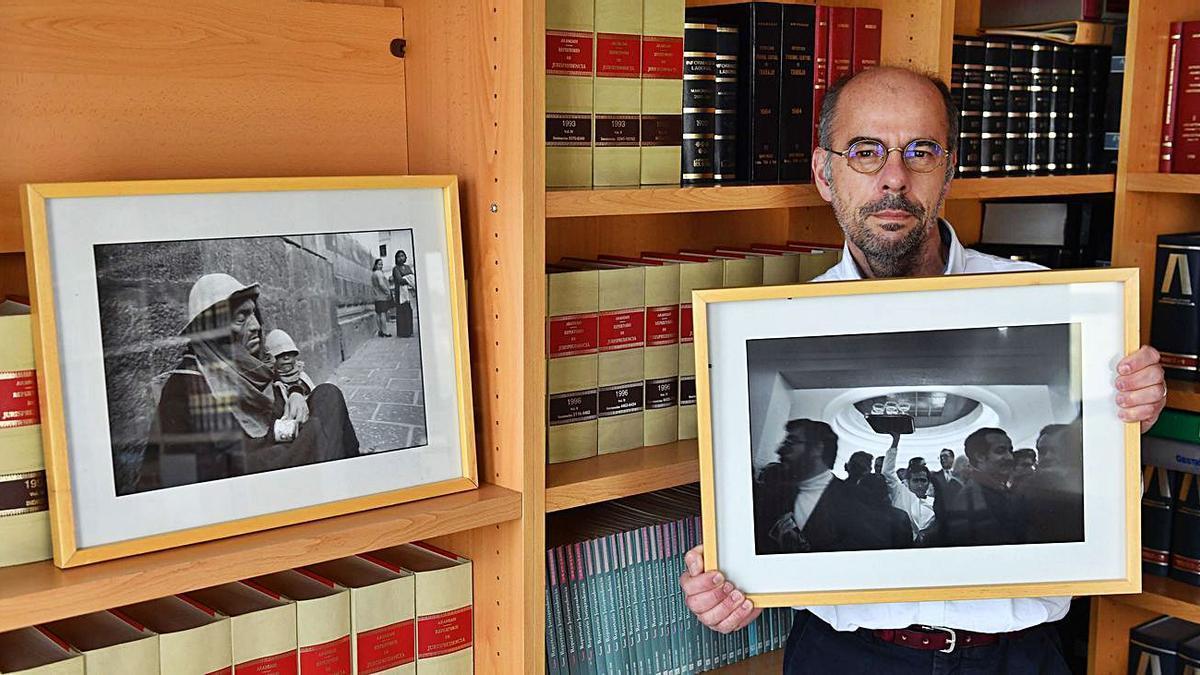 Xurxo Martiz, con fotografías de Ackerman.     // VÍCTOR ECHAVE