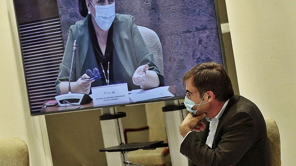 La consejera Manuela Armas durante su comparecencia ayer en sede parlamentaria. | | MARÍA PISACA