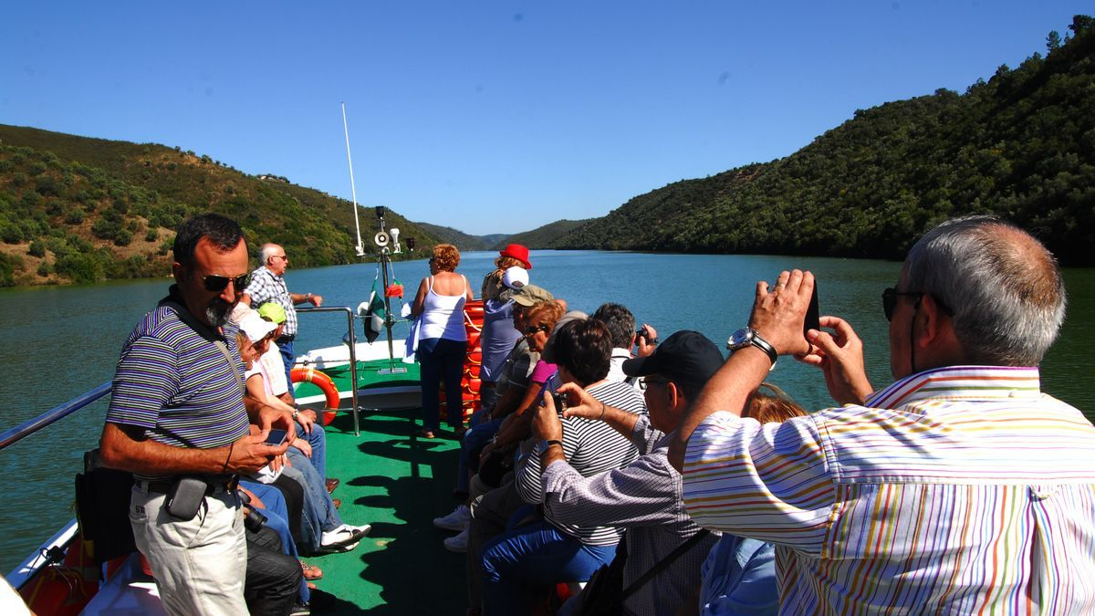 Visitantes realizan un crucero fluvial por aguas cacereñas.