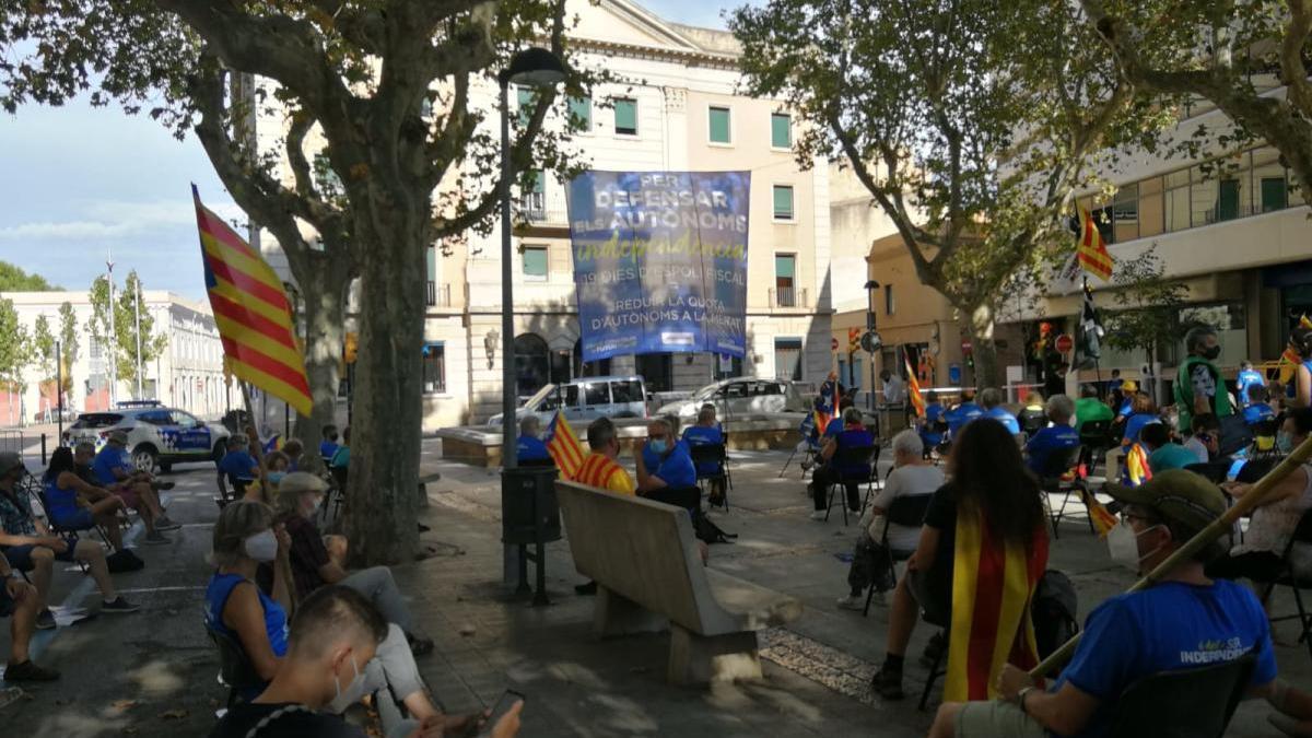 La concentració davant d'Hisenda, a Figueres.