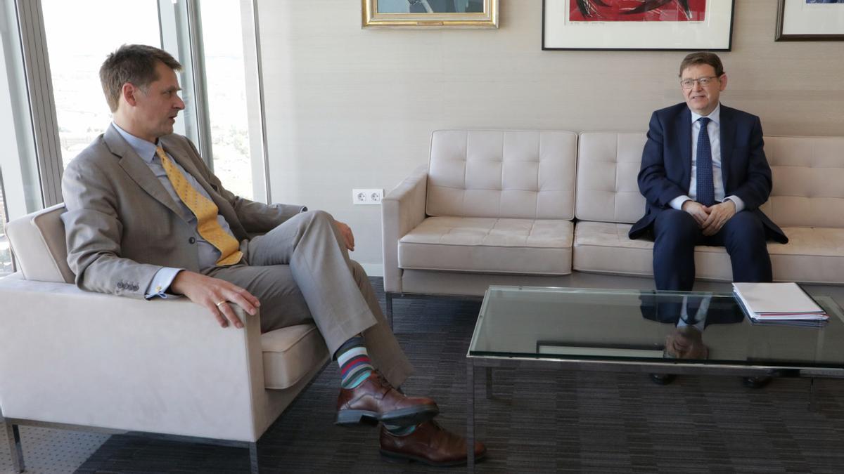 Ximo Puig, al costat de l'ambaixador britànic a Espanya, Hugh Elliot
