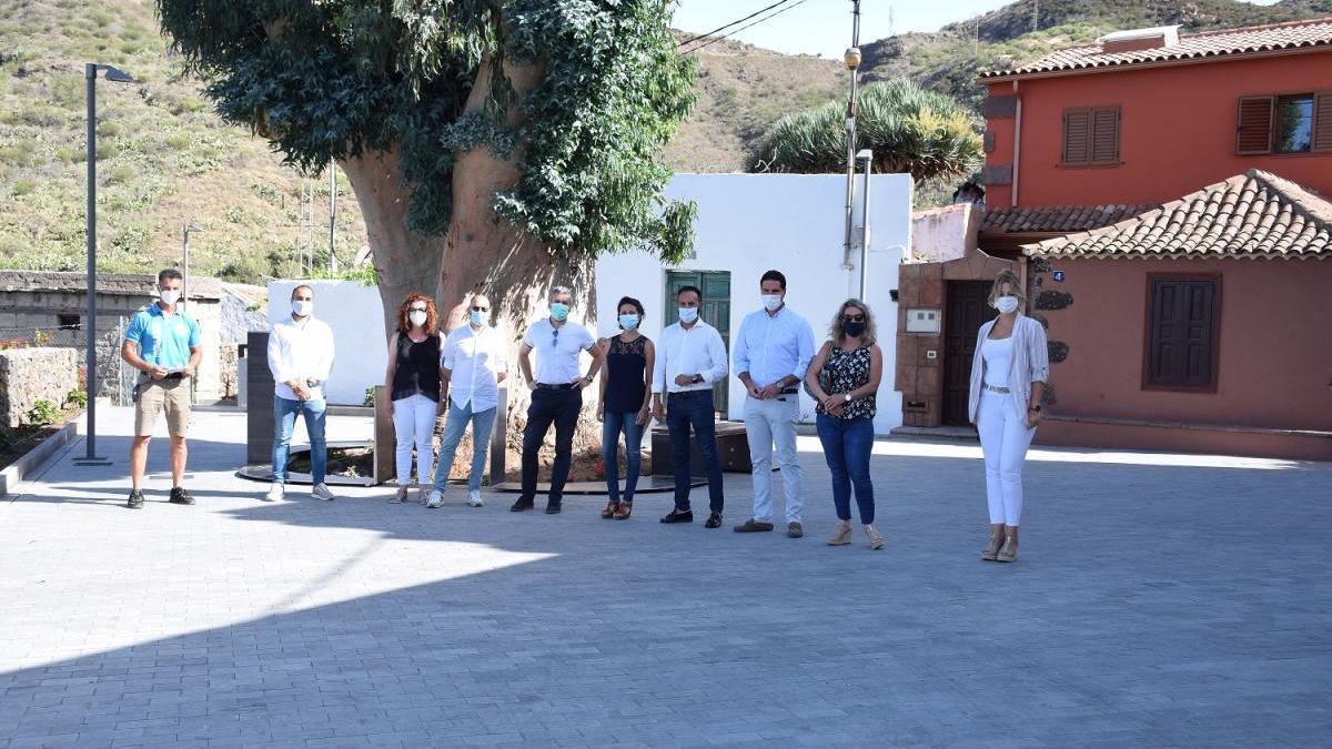 El Alcalde firma el acta de recepción de la obra de mejora del espacio urbano de la calle La Hoya en Valle de Arriba