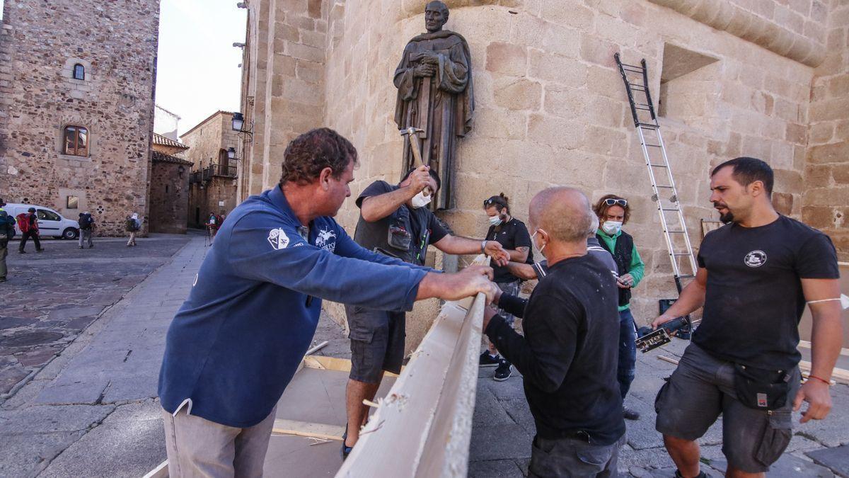 Works to hide the figure of San Pedro de Alcántara.