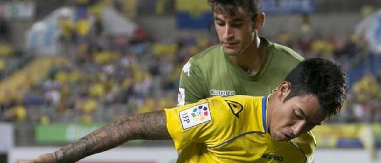 Araujo protege el balón ante Luis Hernández en el UD-Sporting.