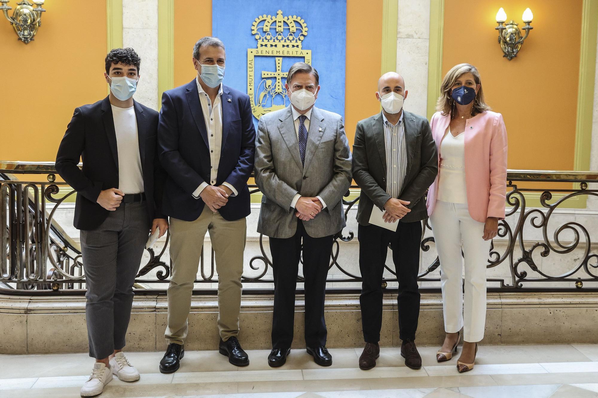 El alcalde de Oviedo, Alfredo Canteli, recibe a los deportistas y representantes de los equipos más significativos de Oviedo