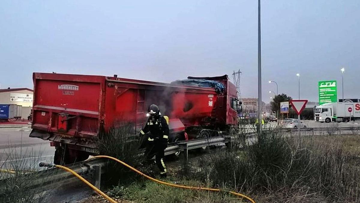 Un camión se incendia en el Centro de Transportes de Benavente | CEDIDA