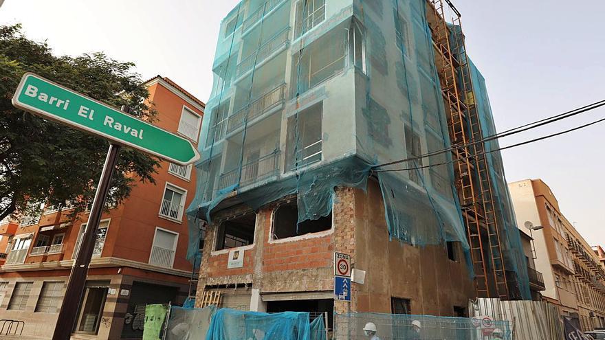 La rehabilitación de edificios para su venta como viviendas nuevas gana peso en Elche