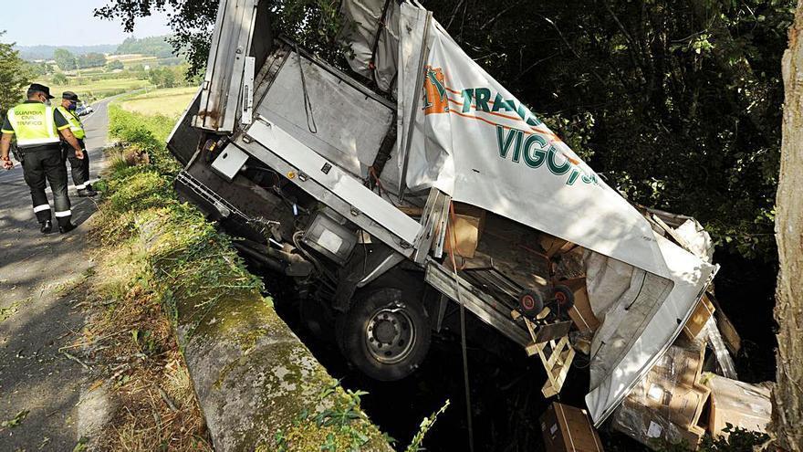 Un accidente sobre el río Vea se salda con un herido, un vertido de gasóleo y un vial cortado