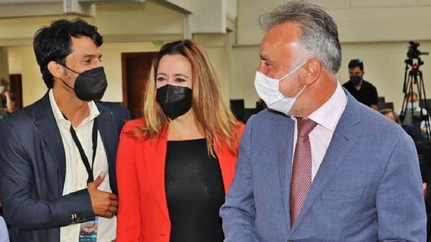 La presidenta del Cabildo de Lanzarote, Dolores Corujo, con el presidente de Canarias, Ángel Victor Torres, el domingo.