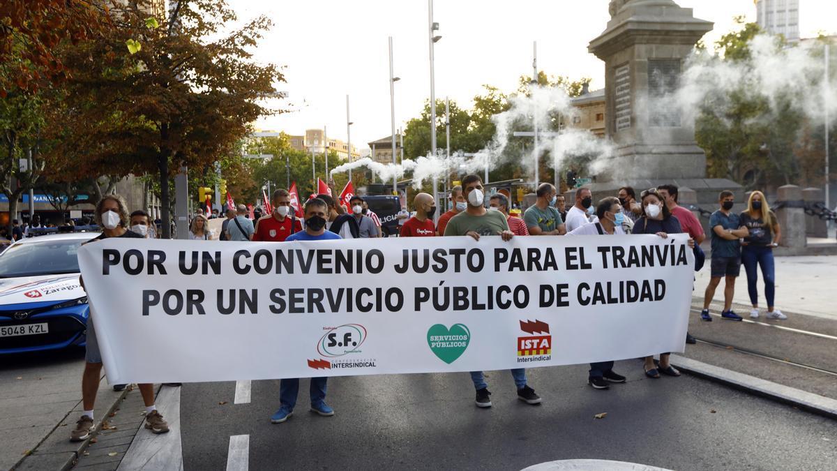Marcha de los trabajadores del tranvía y el autobús urbano de Zaragoza, este martes.