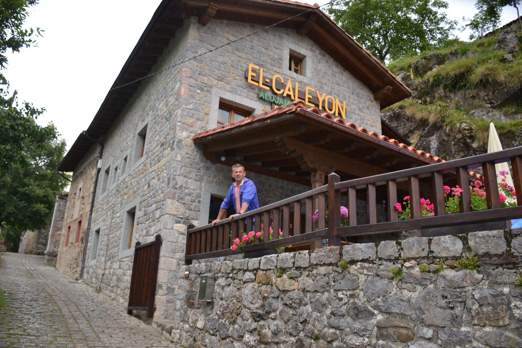 Rufino Mier, alcalde pedáneo de Bulnes, se asoma a la terraza del restaurante y alojamiento El Caleyón, en Bulnes de Arriba.