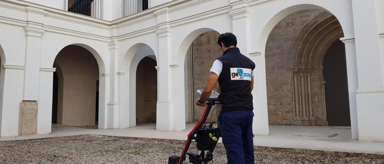 Un técnico de la empresa Geozone trabajando con el georradar en el claustro de la Roqueta.