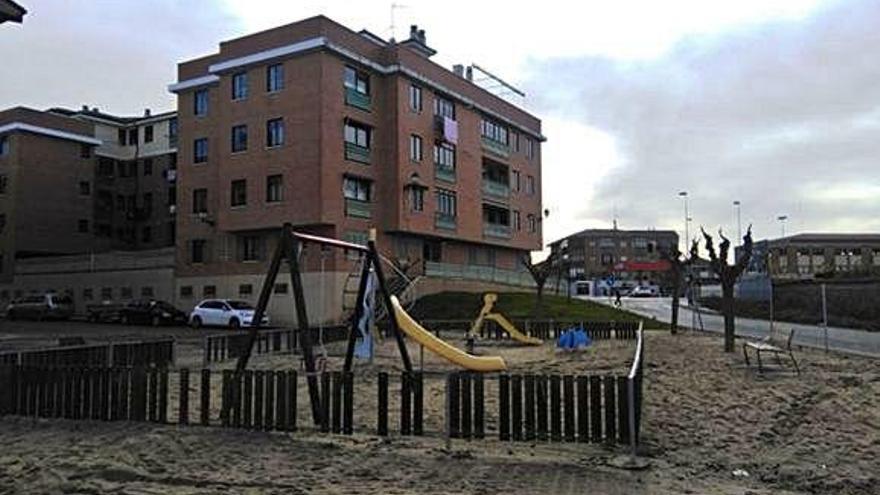 Juegos del parque infantil situado en Guinda Garrafal.