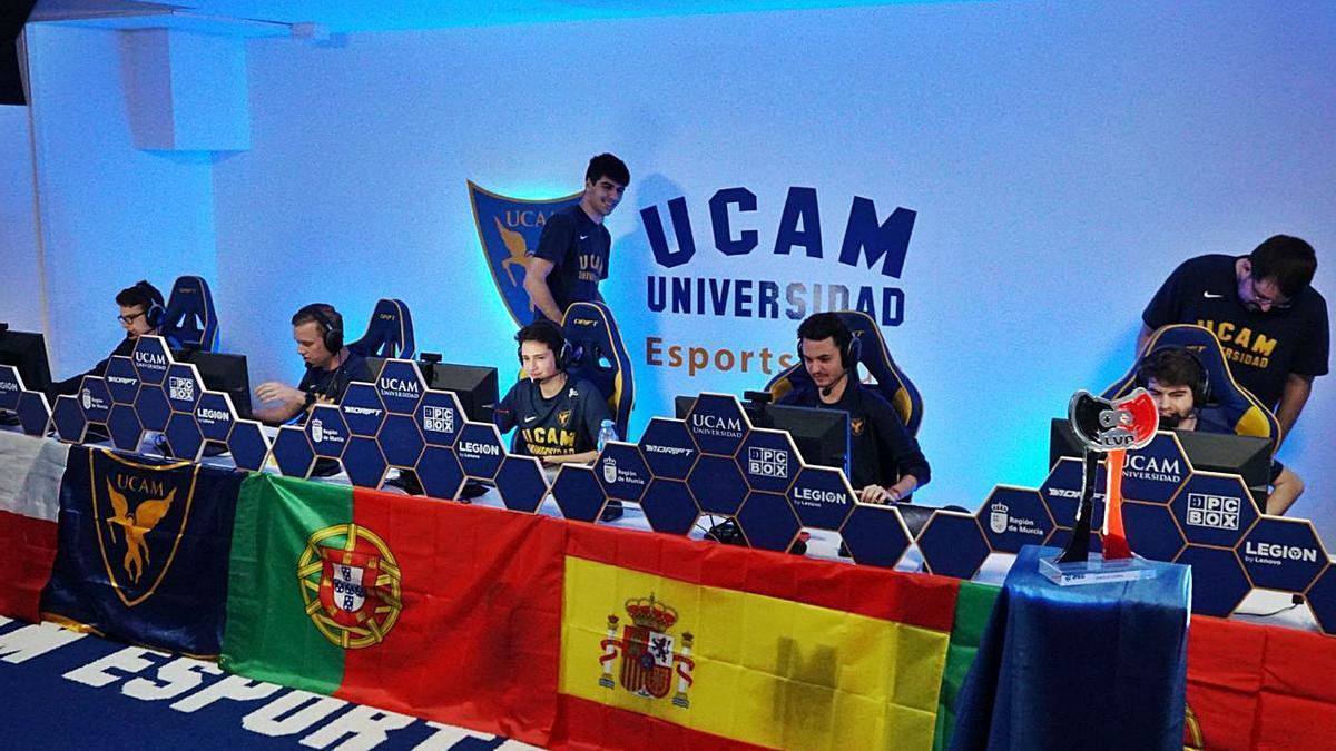 El coruñés David Sabater, mánager del equipo UCAM Esports, en una competición junto a los jugadores.  | // L. O.