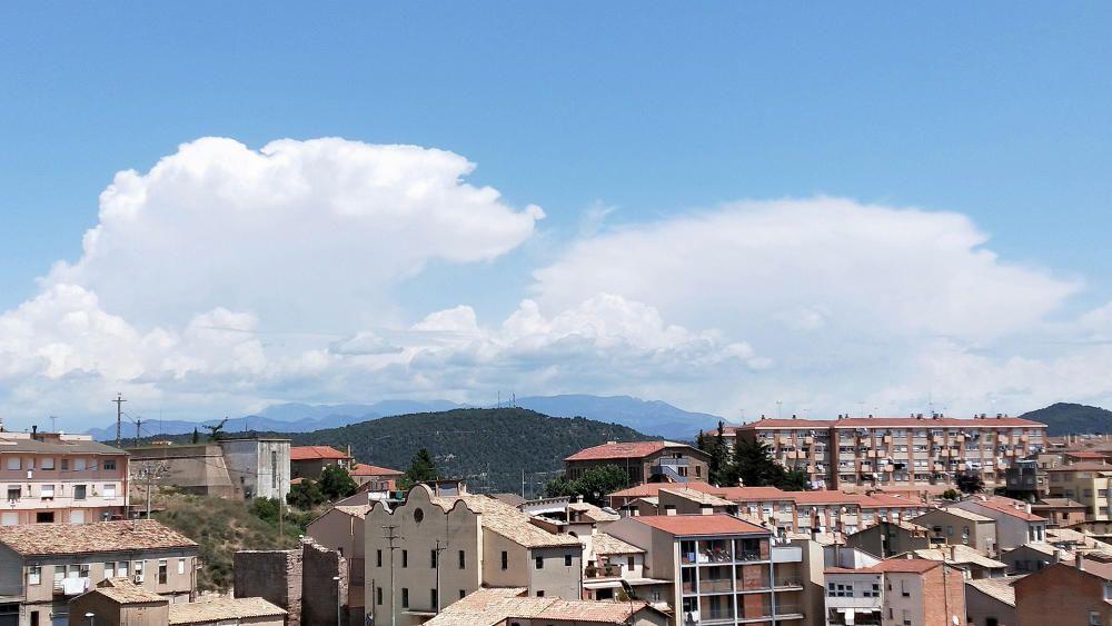 Cardona. El matí de dilluns passat va començar amb un tro que despertava tot el poble, i seguidament un ruixat. Al migdia van sorgir els cumulonimbus amb les nuvolades al Pirineu.