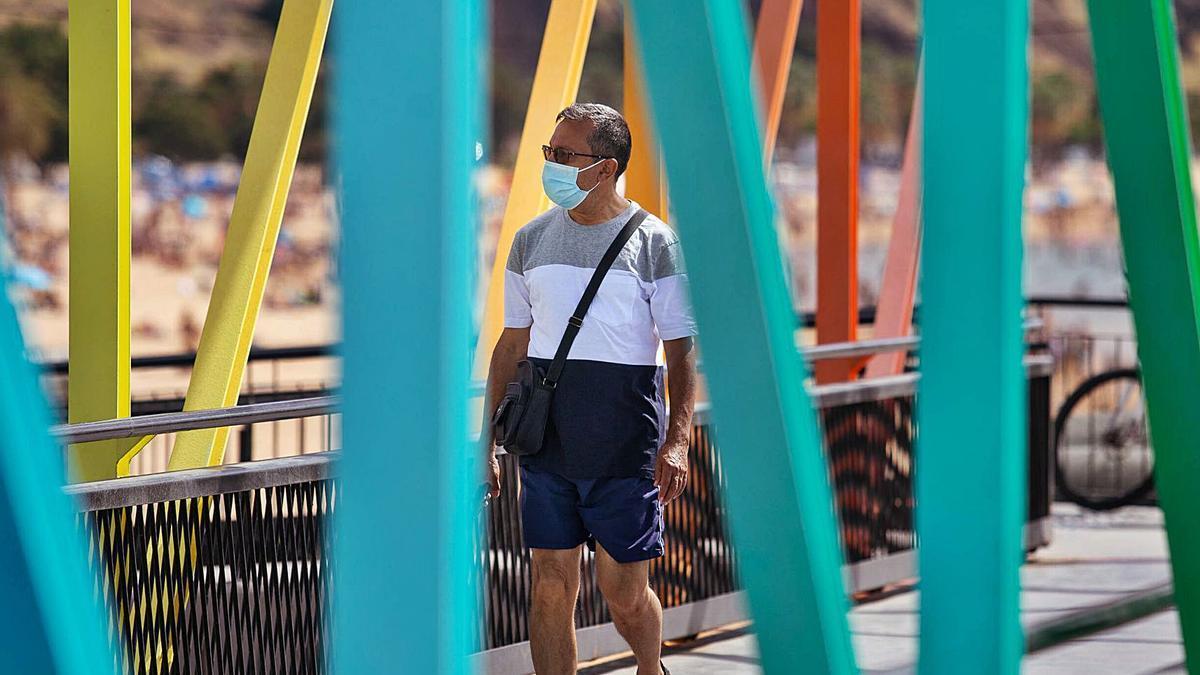Un hombre pasea en el núcleo costero de San Andrés.