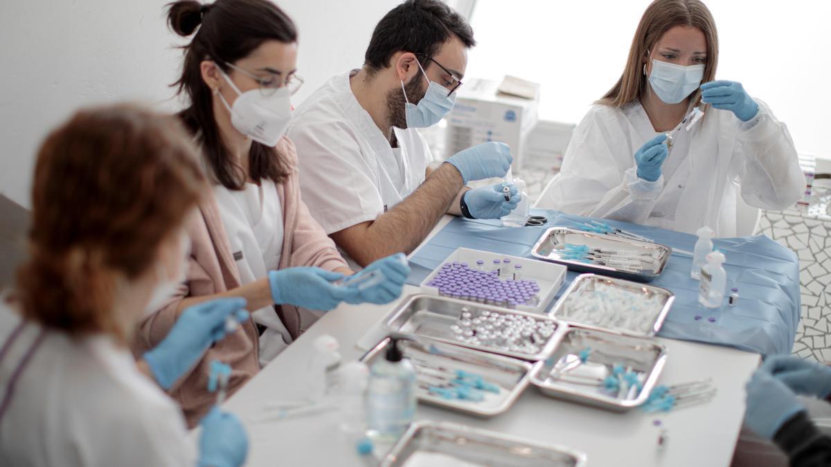 Sanitarios preparan vacunas en Valencia.