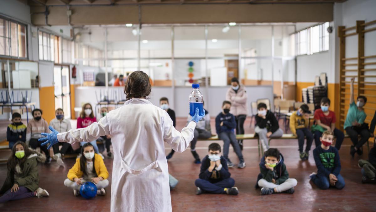 El personal educador realiza los talleres en directo en el centro para que los alumnos disfruten y aprendan.