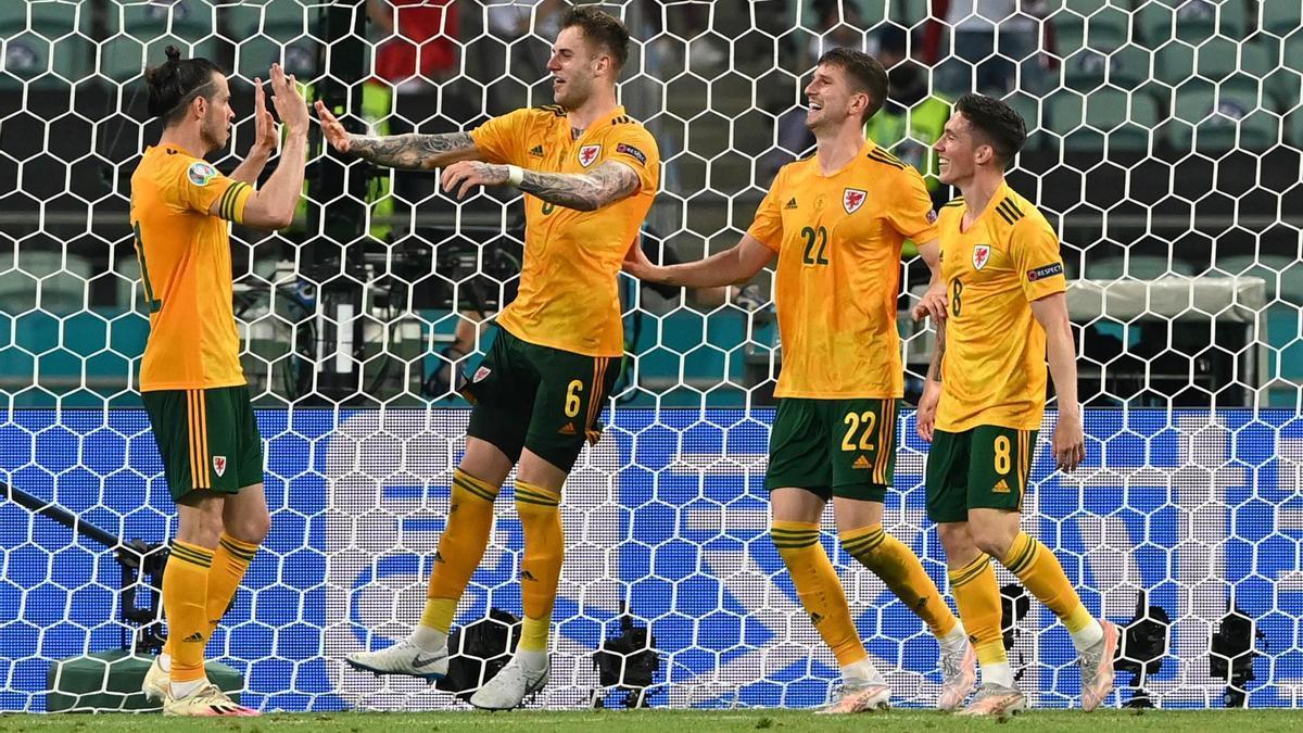 Los jugadores de Gales celebran uno de los goles.