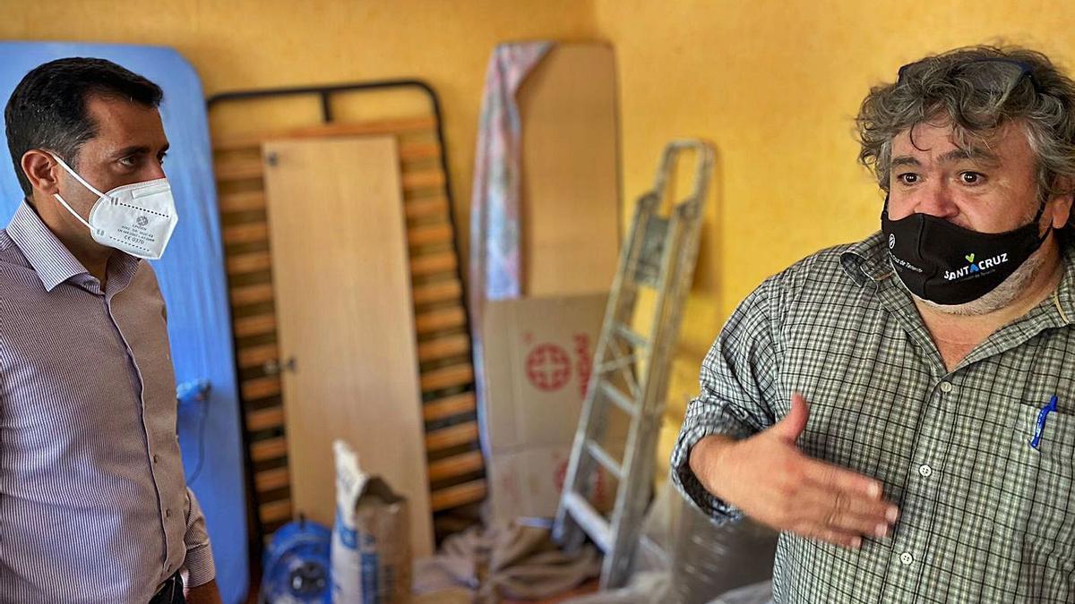 El concejal de Viviendas Municipales con el aparejador en una de las viviendas de La Candelaria. | | E.D.