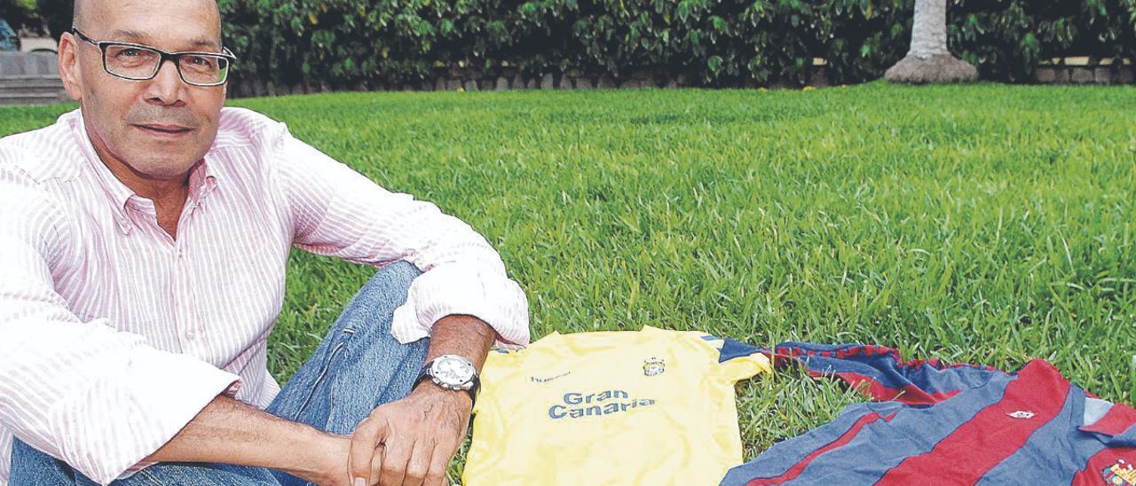Gerardo Miranda Concepción posa con las elásticas de la UD Las Palmas y con la del FC Barcelona, con el diseño Meyba, icono vintage de la década de los ochenta.   | | JUAN CASTRO