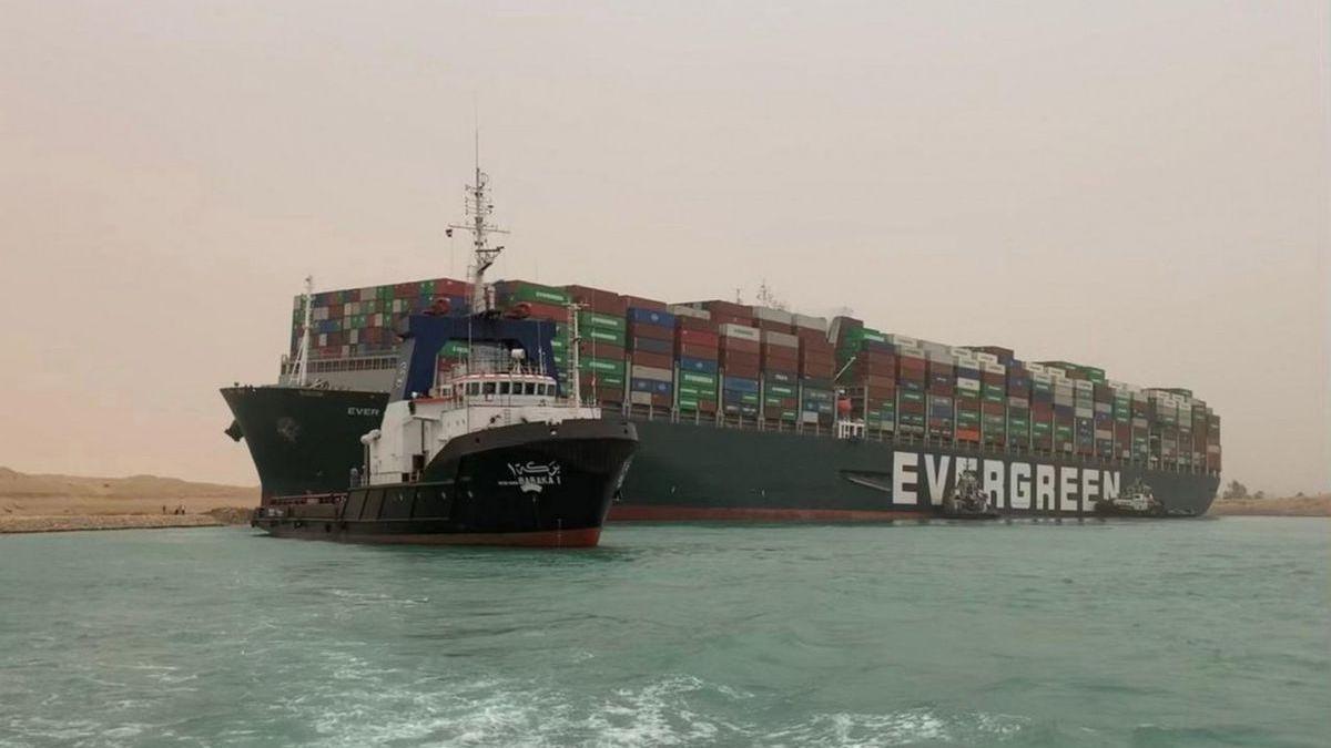 Egipto espera despejar en cuatro días el tráfico en el canal de Suez