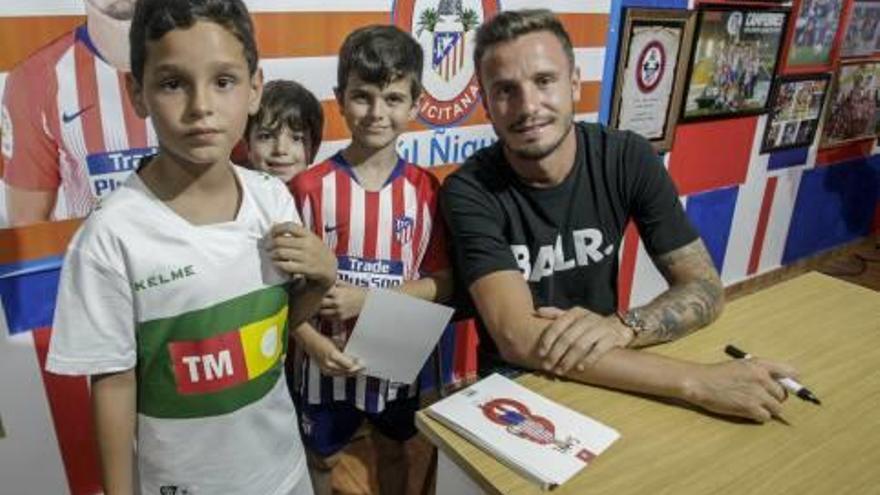 Saúl Ñíguez inaugura la peña Atlética Ilicitana