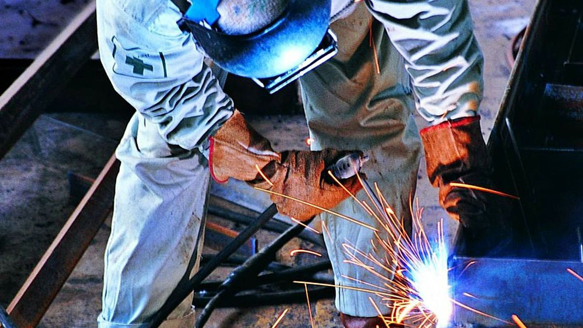 Imagen de un operario manipulando una estructura metálica.