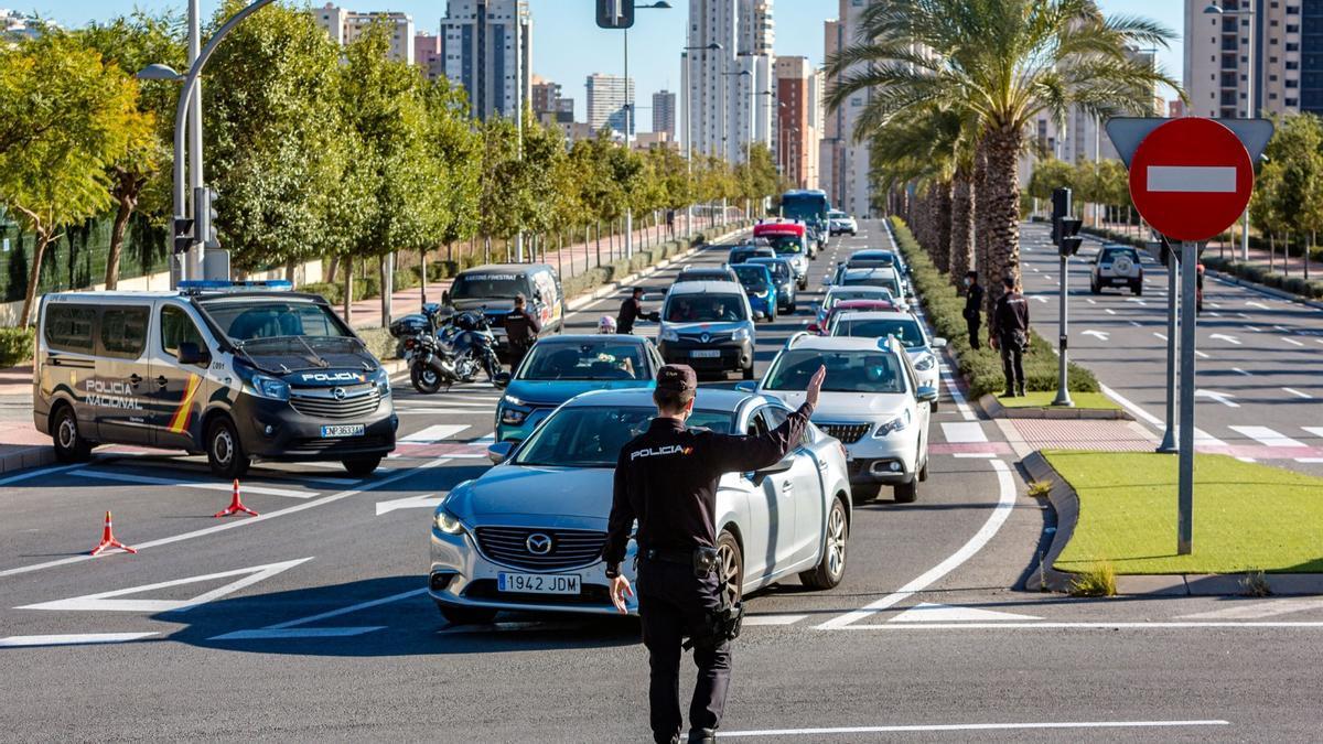 Los controles policiales provocan colas kilométricas en Alicante
