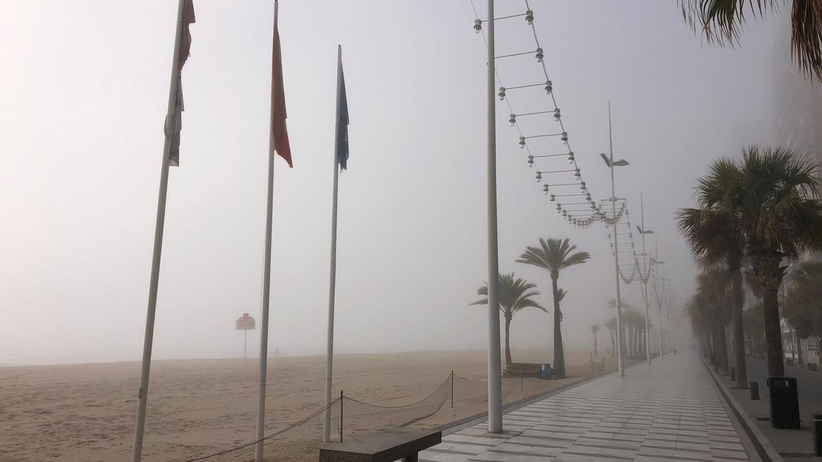 La niebla devora los rascacielos de Benidorm