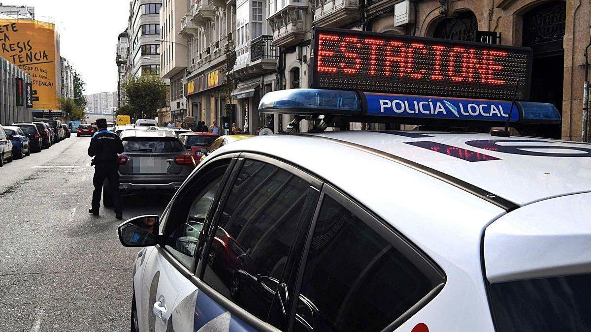 Una patrulla policial controla el tráfico en la plaza de Lugo.