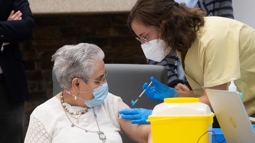 """Nieves Cabo, """"muy contenta"""" tras recibir la tercera dosis de la vacuna contra el COVID"""
