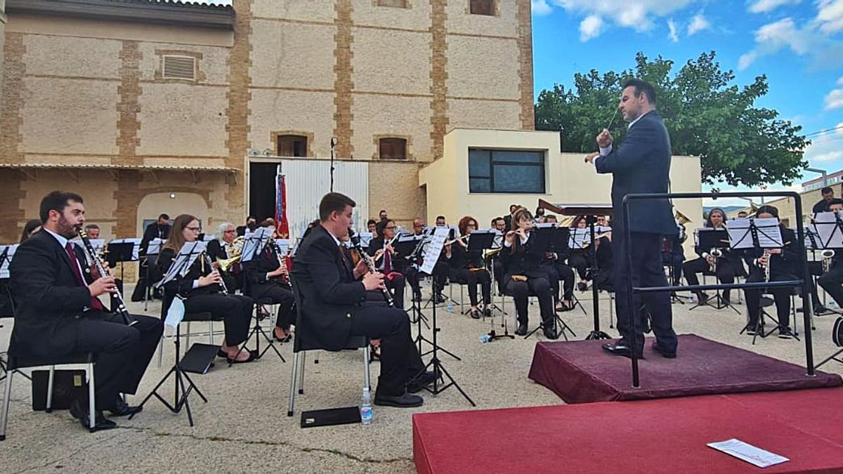 El concierto reunió a decenas de personas en la plaza Los García de San Antonio.   H.G.