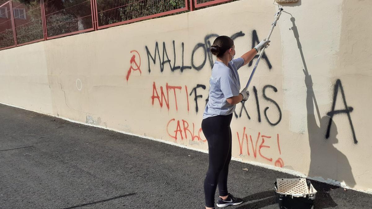 Limpieza de una de las pintadas en un centro escolar.