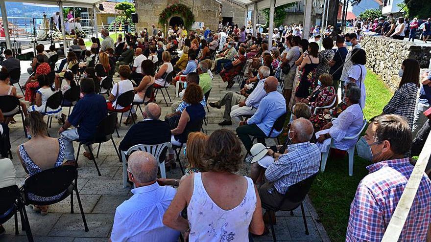 Celebración de la fiesta de San Benito en Domaio con misa y música al aire libre